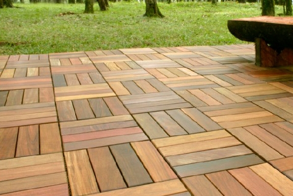 Pavimentazioni in parquet o laminato per il tuo giardino - Piastrelle di cemento da esterno ...
